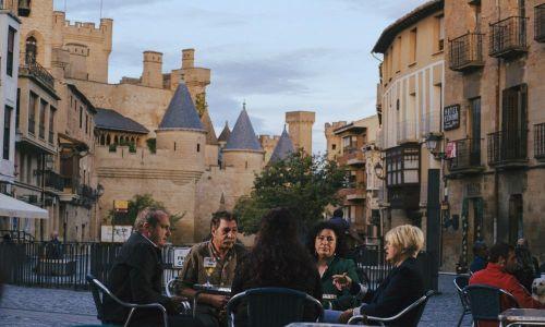 GALERIA DE FOTOS Terraza en frente del castillo de Olite